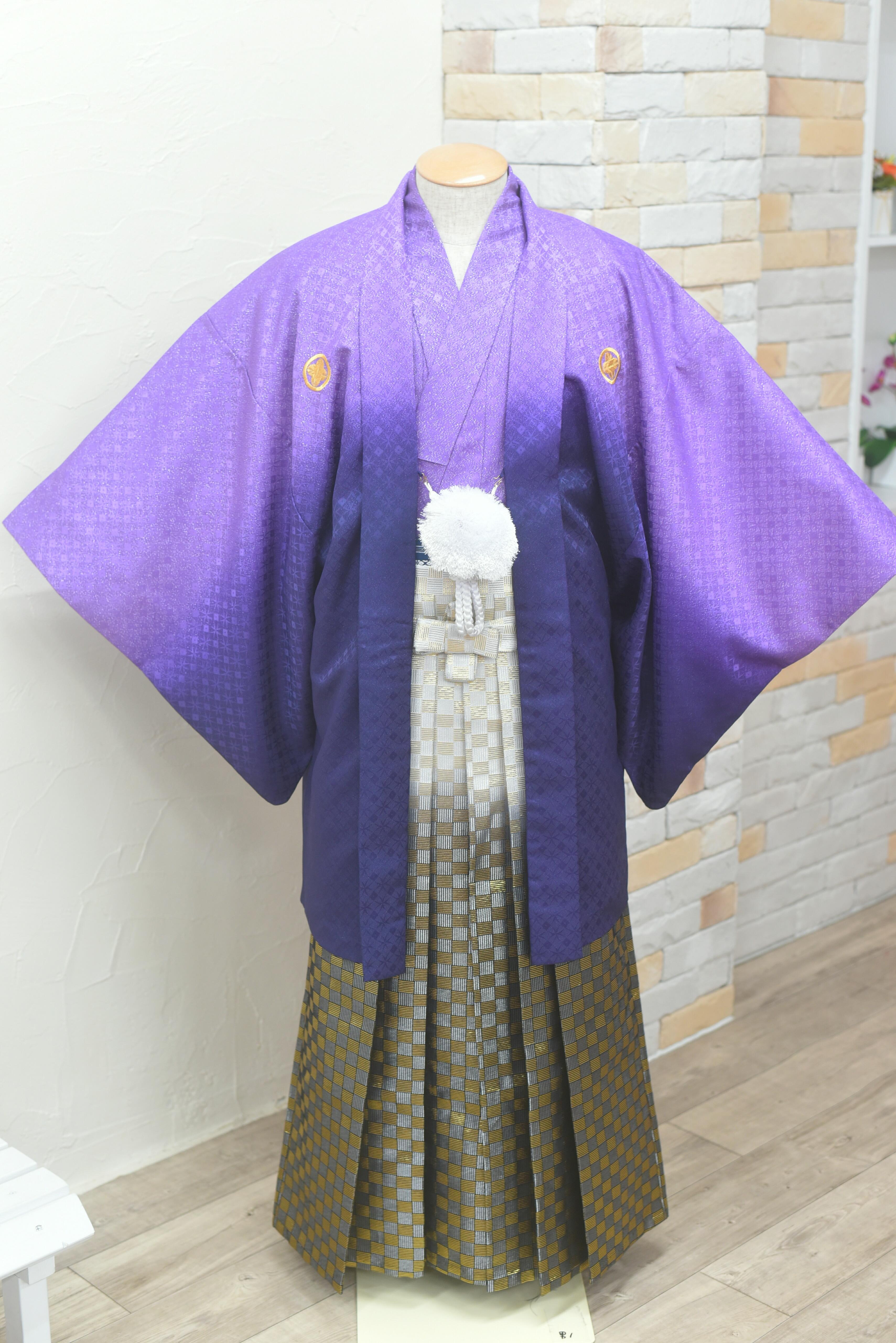 紫から濃い紫に色が変わる紋付きに白黒ぼかし金チェックの袴
