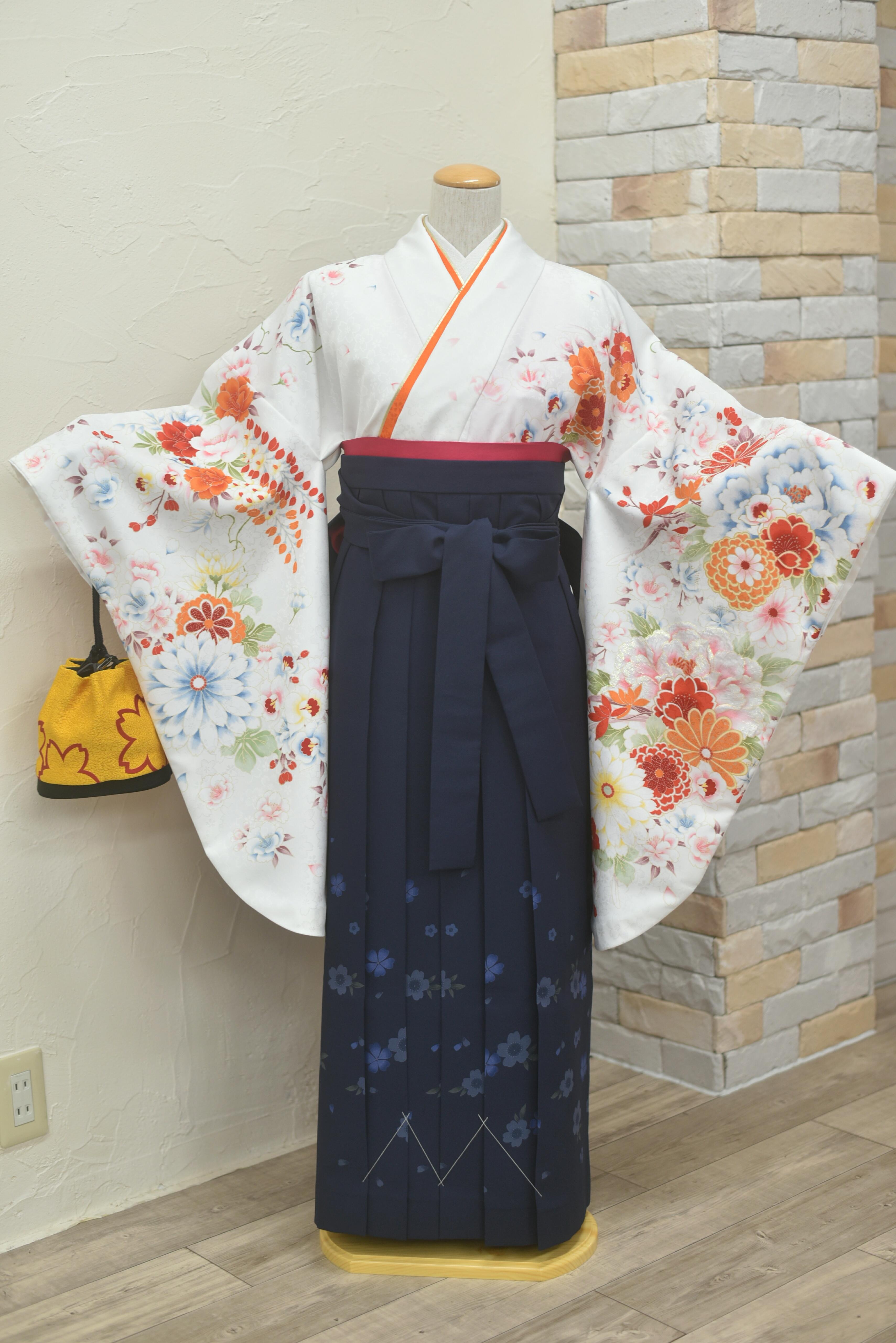 白地にオレンジ赤花柄。紺の袴コーデ