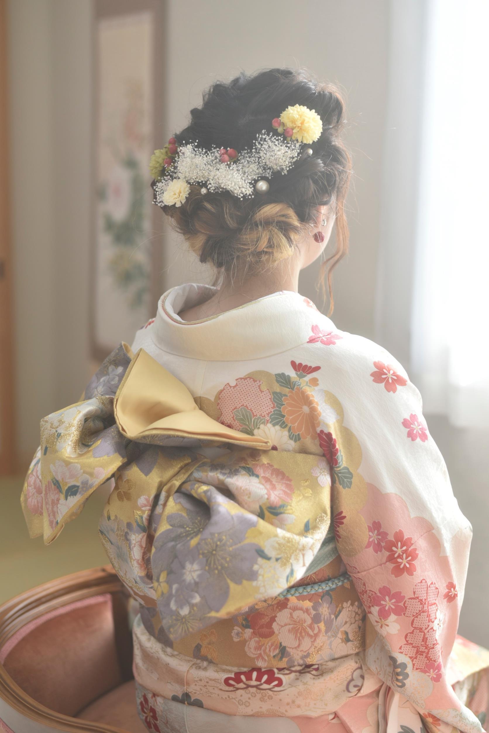 白い振袖女性のヘアスタイル帯結び