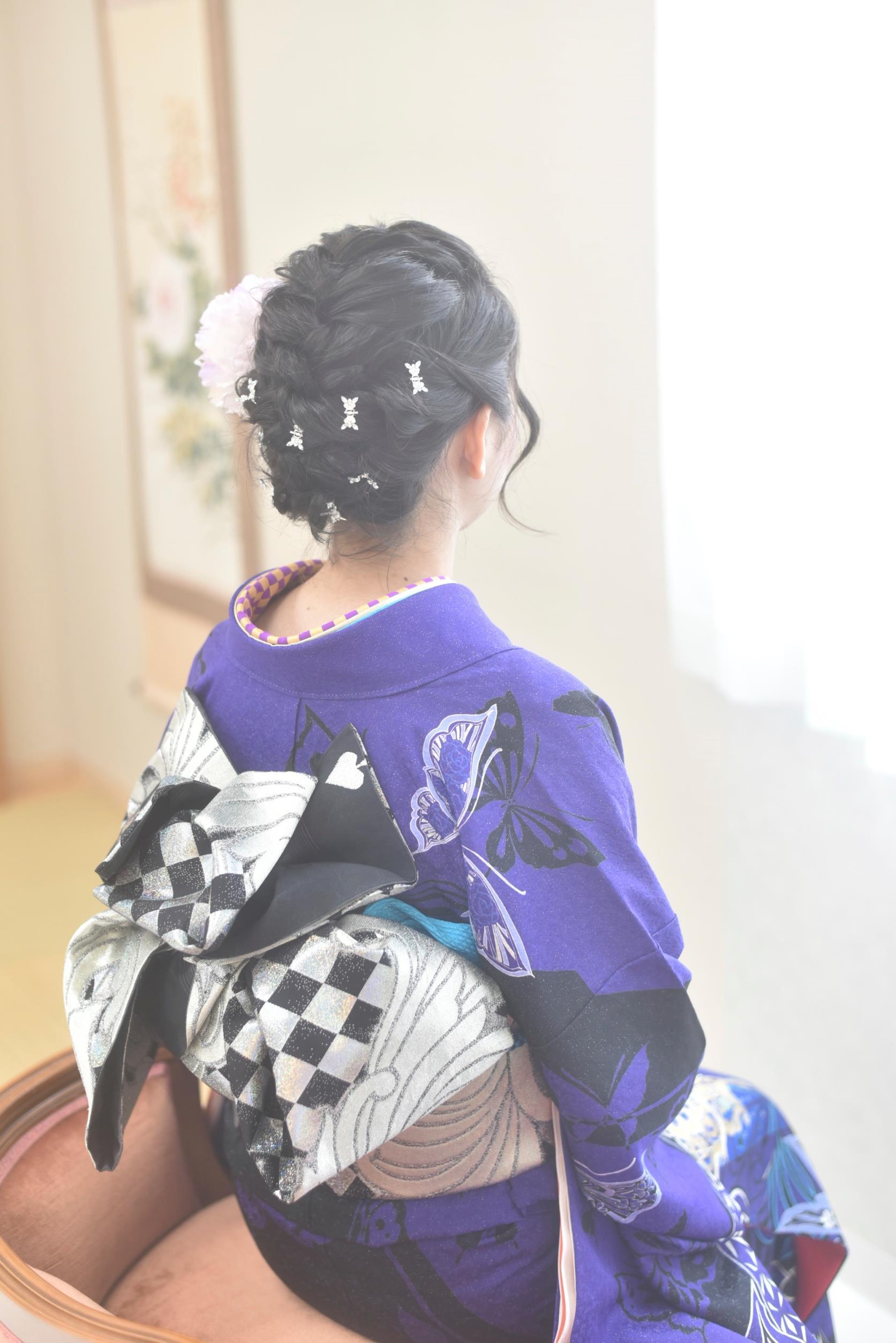 青緑の振袖女性の髪飾り・帯
