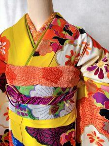 emma×紅一点ブランドのカラシ色に花柄のモダンな振袖の胸元アップ