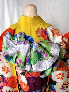 emma×紅一点ブランドのカラシ色に花柄のモダンな振袖の帯結び