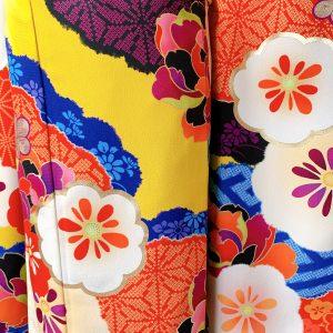 emma×紅一点ブランドのカラシ色に花柄のモダンな振袖の柄アップ