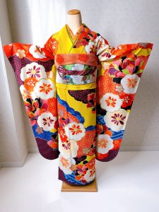 emma×紅一点ブランドのカラシ色に花柄のモダンな振袖