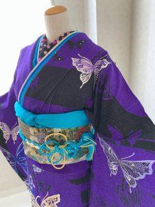 モルフォ蝶をテーマにコーディネートした濃紫に蝶柄のrental furisode