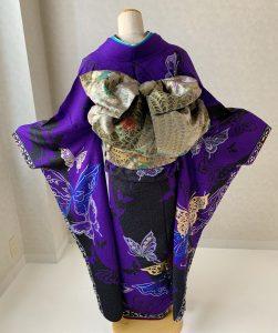 モルフォ蝶をテーマにコーディネートした濃紫に蝶柄のrental furisodeの後ろ姿
