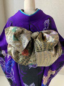 モルフォ蝶をテーマにコーディネートした濃紫に蝶柄のrental furisodeの帯結び