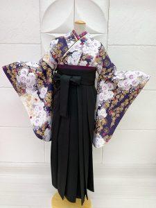 濃紫に金の桜と白の八重桜柄の卒業式着物に黒の袴