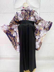 濃紫に金の桜と白の八重桜柄の卒業式着物に黒の袴の後ろ姿