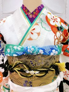 ROLAブランドの白に梅柄の成人式振袖の半襟、重ね衿、帯揚げのアップ