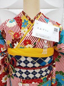 白に赤のストライプと花柄のレトロモダンな振袖コーデ。半襟や重ね衿帯揚げ帯締め帯がよく見える衿元近くの写真