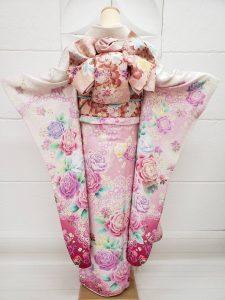 白地にピンクのぼかし入りのバラ柄furisode。マイメロディをテーマにコーデされたカワイイ組み合わせ。袋帯はサーモンピンクの花柄